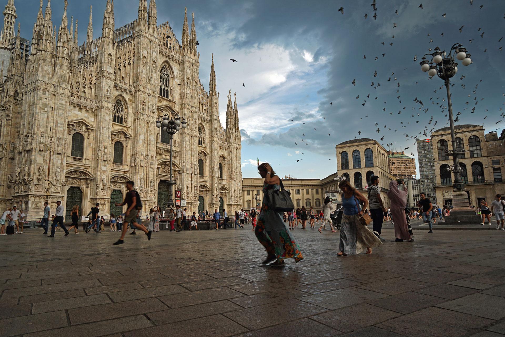 piazza duomo, duomo, temporale milano, persone scappano dalla pioggia, piccioni piazza duomo, milano, elena galimberti, fotografia
